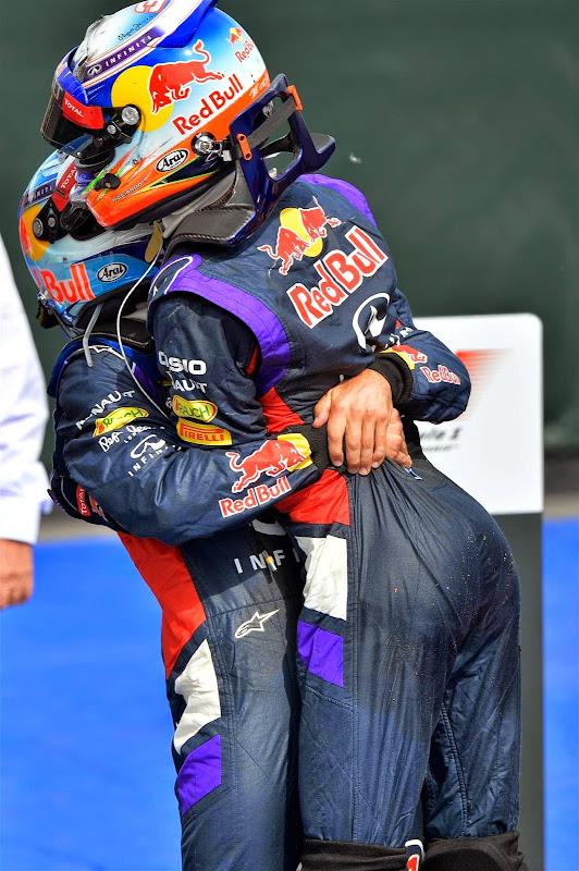 Даниэль Риккардо в объятиях Себастьяна Феттеля после первой победы на Гран-при Канады 2014