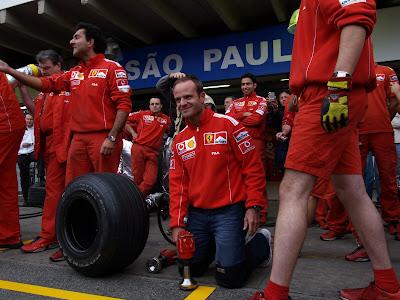 Рубенс Баррикелло на замене переднего колеса во время тренеровки пит-стопа Ferrari на Гран-при Бразилии 2004