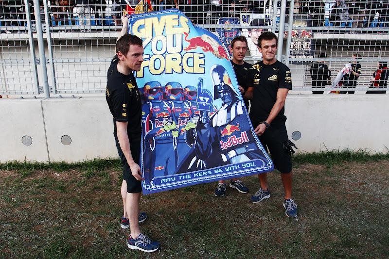 механики Red Bull с плакатом от своих болельщиков на Гран-при Кореи 2011