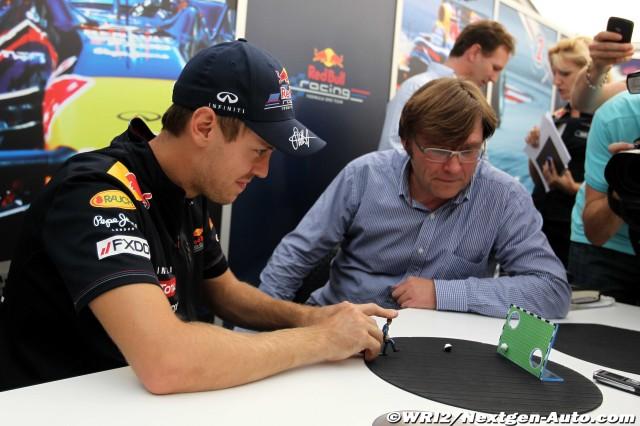Себастьян Феттель дает интервью и играет в игрушку на Гран-при Японии 2011