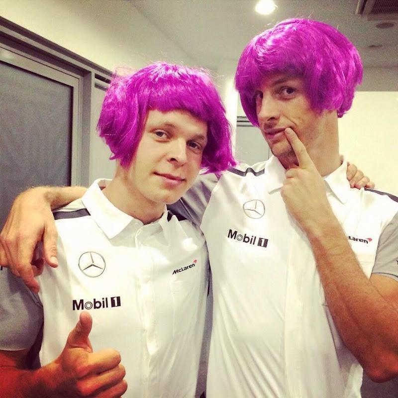 Кевин Магнуссен и Дженсон Баттон в малиновых париках