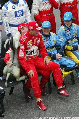 Михаэль Шумахер садится на колени Рубенса Баррикелло на Гран-при Бразилии 2004