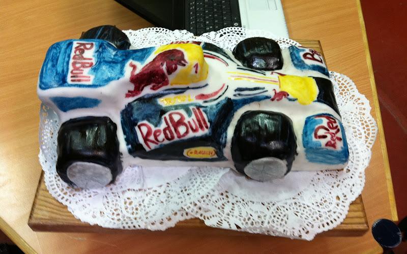торт в виде болида Red Bull на день рождения 7-милетнему сынишке от @mawo_it
