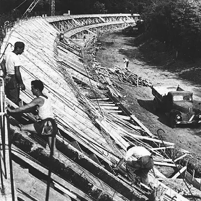 строительство бэнкинга Монцы - 1922 год - черно-белое фото