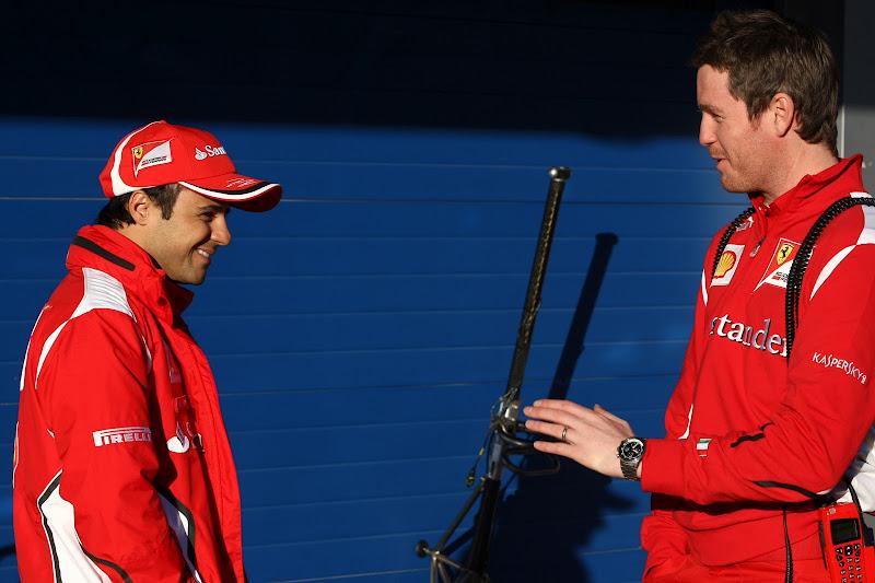Роб Смедли показывает что-то улыбающимуся Фелипе Массе на предсезонных тестах 2012 в Хересе