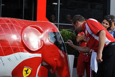Стефано Доменикали подписывает слона Ferrari на Гран-при Италии 2011