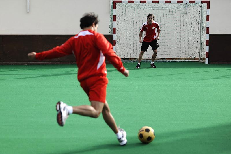 Фелипе Масса пробивает по воротам Фернандо Алонсо в Лансароте 31 января 2012