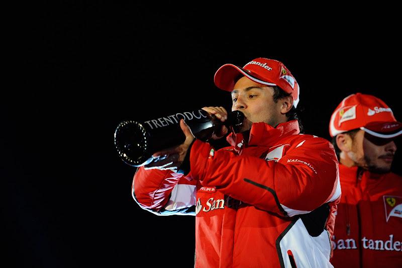 Фелипе Масса пьет победное шампанское на подиуме Wrooom 2012