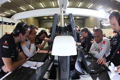 Дженсон Баттон и Льюис Хэмилтон работают вместе с механикам на Гран-при Бельгии 2011
