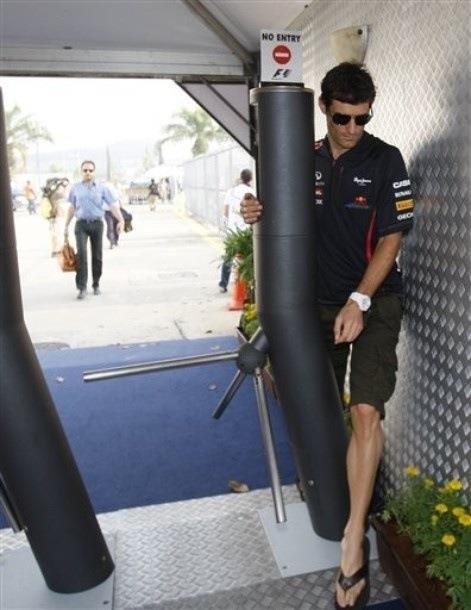 Марк Уэббер преодолевает турникет Куала-Лумпур Гран-при Малайзии 2012