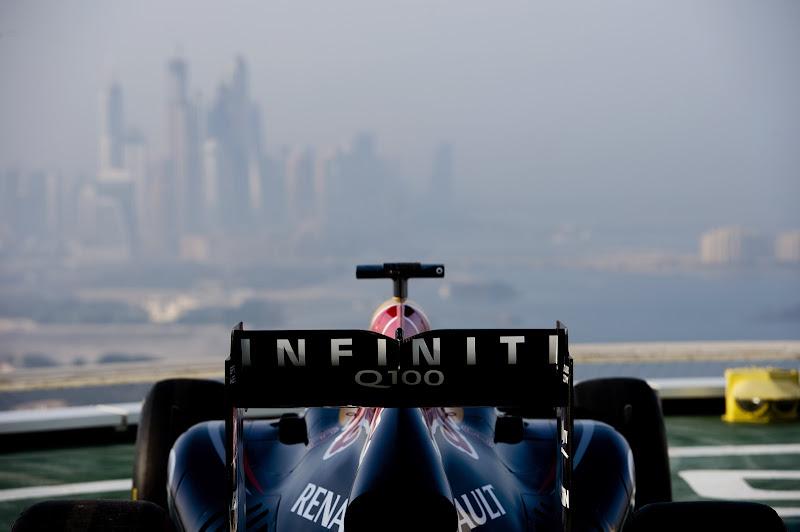 болид Red Bull на вертолетной площадке Бурдж-эль-Араб в Дубае перед Гран-при Абу-Даби 2013