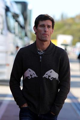 Марк Уэббер в свитере Red Bull гуляет по паддоку Хереса 6 февраля 2012