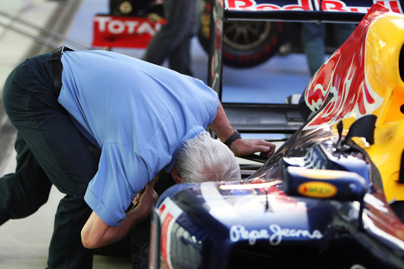 Чарли Уайтинг копается в задней части Red Bull на Гран-при Кореи 2011