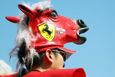 болельщик Ferrari с головой коня на Гран-при Японии 2011