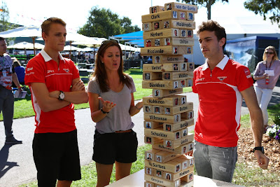 Макс Чилтон и Жюль Бьянки в компании с Натали Пинкхэм играют в Дженгу перед Гран-при Австралии 2013