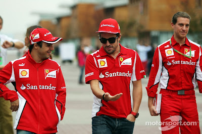 Фелипе Масса и Фернандо Алонсо идут по паддоку на Гран-при Кореи 2012