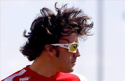 Фернандо Алонсо с растрепанной прической на Гран-при Японии 2011