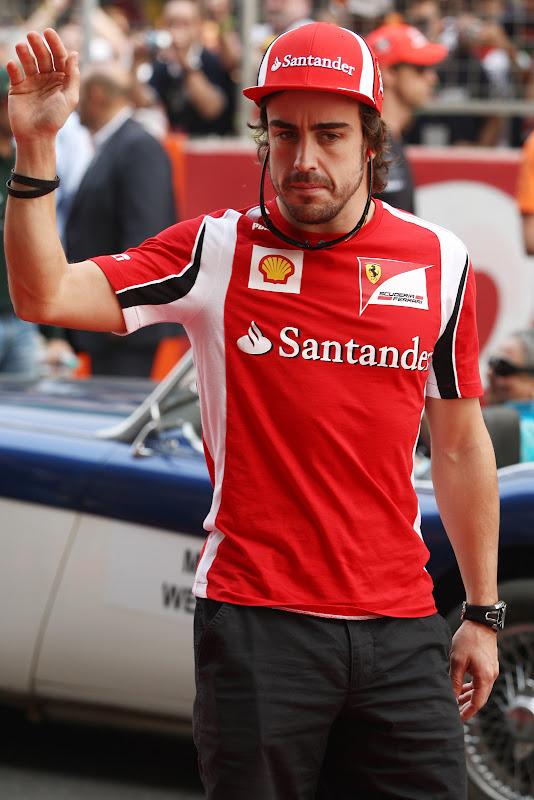 Фернандо Алонсо на параде пилотов Гран-при Индии 2011