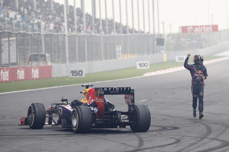 Себастьян Феттель празднует победу и титул на Гран-при Индии 2013