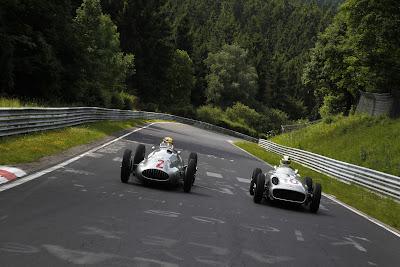 Нико Росберг и Льюис Хэмилтон на болидах Mercedes W196 и W154 на Нордшляйфе перед Гран-при Германии 2013