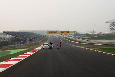 опечатка Pirleli на рекламном баннере Pirelli на Гран-при Индии 2011