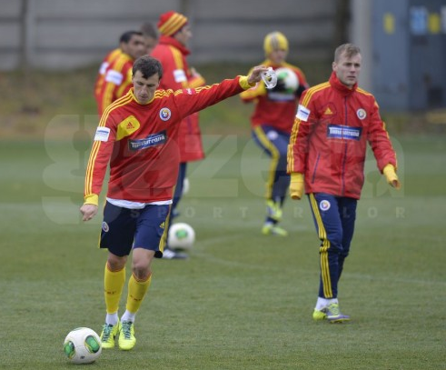 Screen+Shot+2013 11 18+at+17.51.53 Spurs defender Vlad Chiriches appears in Romania training with a face mask [Pictures]