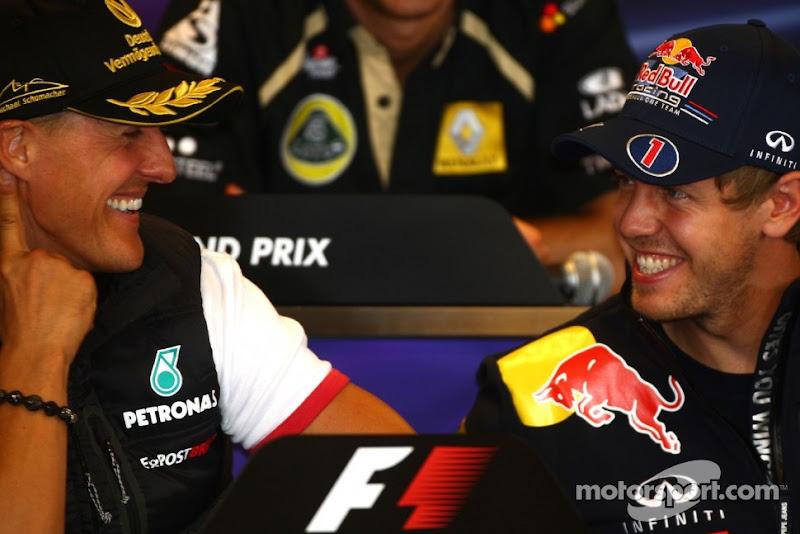 Михаэль Шумахер и Себастьян Феттель улыбаются на пресс-конференция Гран-при Бельгии 2011 в четверг