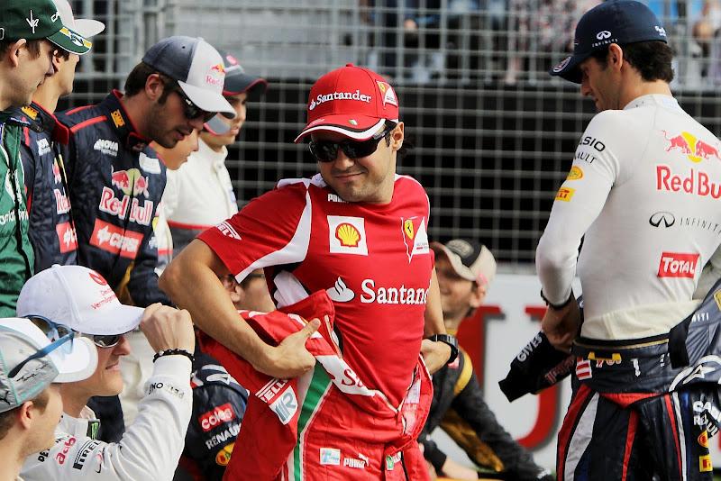 Фелипе Масса одевает комбинезон для групповой фотографии на Гран-при Австралии 2012