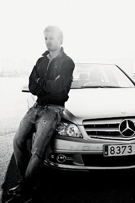 фотосессия Нико Росберга на фоне Mercedes для немецкого журнала GQ