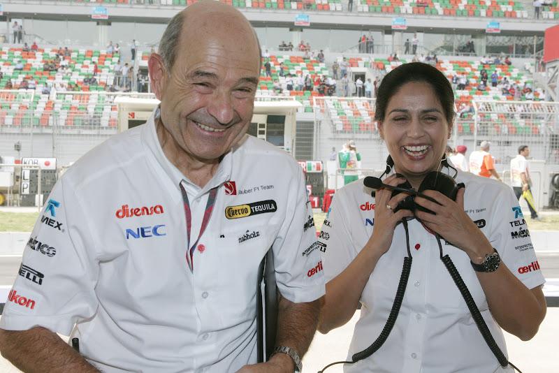 Петер Заубер и Мониша Кальтенборн смеются на Гран-при Индии 2011
