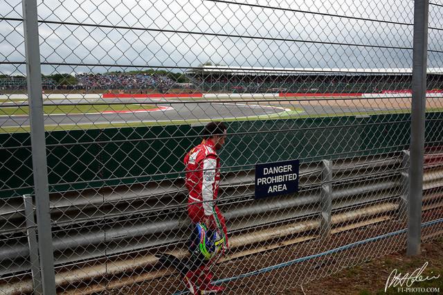 Фелипе Масса за ограждением в Сильверстоуне на Гран-при Великобритании 2013