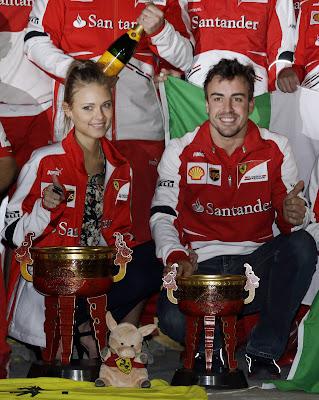 Даша Капустина и Фернандо Алонсо празднуют победу на Гран-при Китая 2013