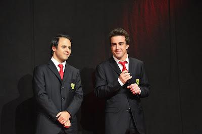 Фелипе Масса и Фернандо Алонсо в костюмах с красными галстуками на Ferrari Finali Mondiali в декабре 2013