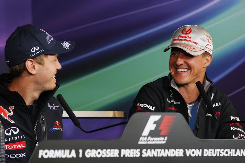Себастьян Феттель и Михаэль Шумахер смеются на пресс-конференции Гран-при Германии 2011 в четверг