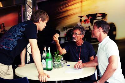 Себастьян Феттель подошел к столику Эдди Джордана и Дэвида Култхарда на Гран-при Германии 2010