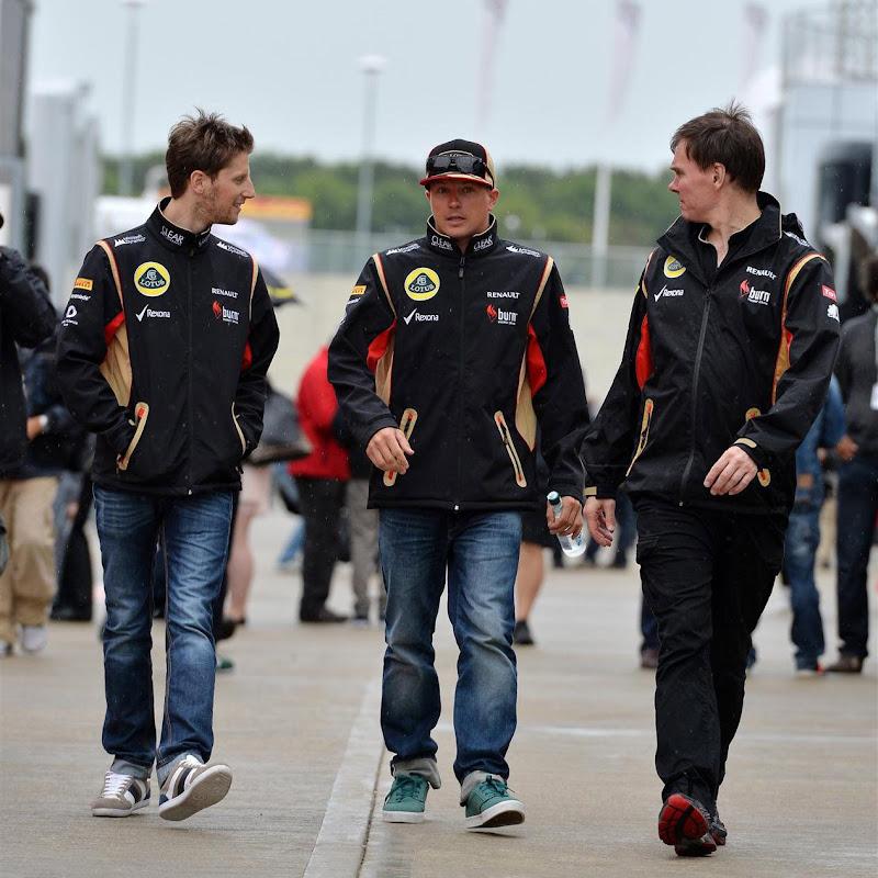 Ромэн Грожан, Кими Райкконен и Алан Пермейн идут по паддоку Сильверстоуна на Гран-при Великобритании 2013