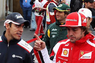 Фернандо Алонсо показывает указательный палец Пастору Мальдонадо на параде пилотов Монреаля на Гран-при Канады 2011