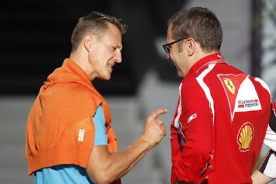 Михаэль Шумахер показывает Стефано Доменикали на Гран-при Италии 2011