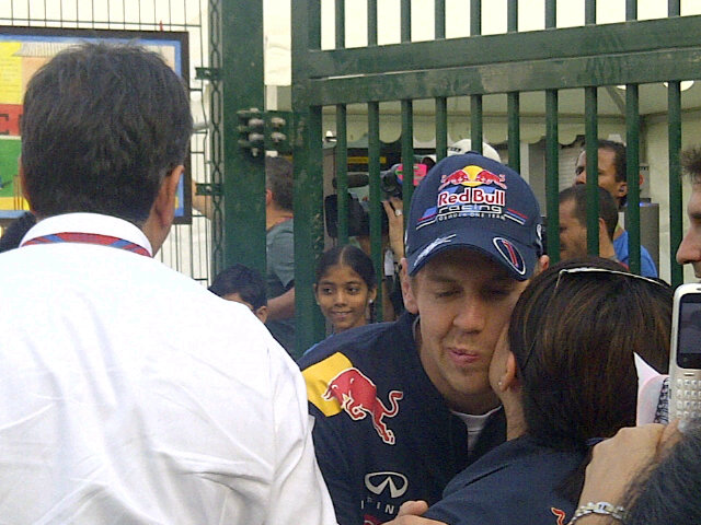 Себастьяна Феттеля целует болельщица на Гран-при Индии 2011
