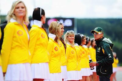 Хейкки Ковалайнен общается с грид-герлами на параде пилотов Гран-при Бельгии 2011 в Спа