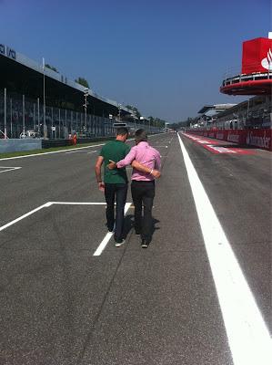 Дэвид Култхард и Эдди Джордан в обнимку идут по старт-финишной прямой Монцы на Гран-при Италии 2011