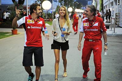 Фернандо Алонсо и Даша Капустина идут по паддоку Гран-при Сингапура 2014