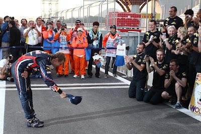 Себастьян Феттель снимает кепку и кланяется перед своей командой Red Bull на Гран-при Кореи 2011