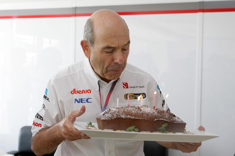 Петер Заубер задувает свечи на торте на Гран-при Кореи 2011