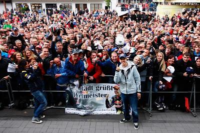 Себастьян Феттель на фоне болельщиков на автограф-сессии Нюрбургринга на Гран-при Германии 2011
