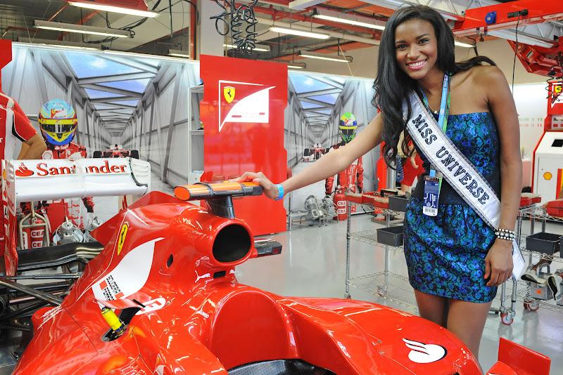 Мисс Вселенная и болид Ferrari на Гран-при Сингапура 2011