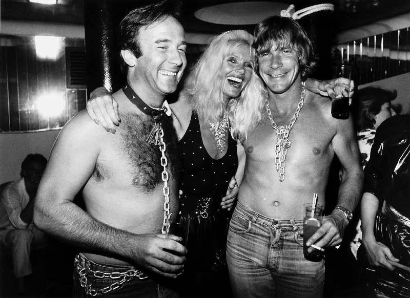 Барри Шин и Джеймс Хант в цепях празднуют победу на Гран-при США 1977