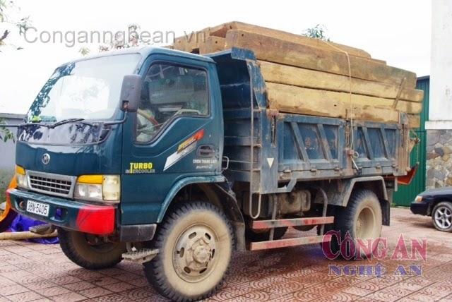 Xe và số gỗ lậu bị thu giữ