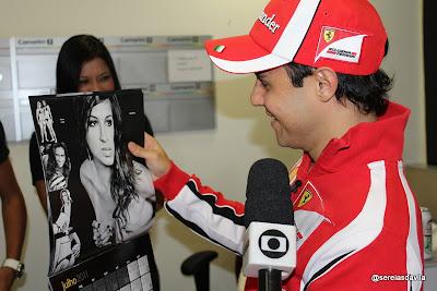 Фелипе Масса разглядывает календарь с девушками и дает интервью Programa do Jô 10 августа 2011 года