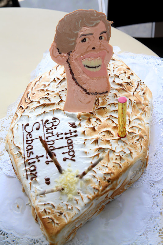 торт на день рождения Себастьяна Феттеля с головой пилота на Гран-при Великобритании 2014